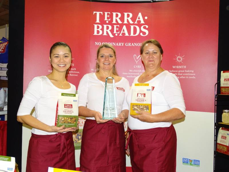 Tracy Farr Mary Ann Wiens and Liz Savory Terra Breads with the Award for Best Single Booth