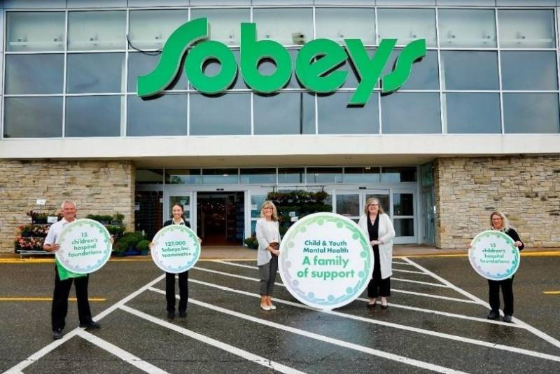 "Heather Sobey-Connors, Chair, Sobey Family Council and Trustee, The Sobey Foundation; Jennifer Gillivan, President and CEO, IWK Foundation and Board Chair, Canada's Children's Hospital Foundations (centred, left to right) and Sobeys Inc. teammates celebrate the launch of groundbreaking partnership, ""A Family of Support"" Child and Youth Mental Health Initiative, at Sobeys Aberdeen in Halifax, NS. (CNW Group/Sobeys Inc.)"